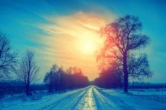 De winter landelijk landschap bij zonsondergang Stock Afbeelding