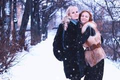 De Winter lesbische sneeuw van het paarmeisje Stock Fotografie