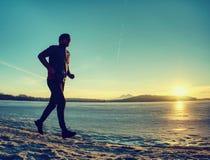 De winter lopende opleiding De agentjogging van de middenleeftijds actieve persoon stock fotografie