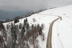 De winter luchtmening boven de weg van Transalpina mountainb stock afbeeldingen