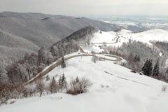 De winter luchtmening boven de weg van Transalpina mountainb royalty-vrije stock afbeelding