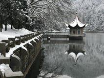 De winter in Lulin-meer-Sneeuw scène in Onderstel Lu stock foto