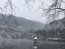 De winter in Lulin-meer-Sneeuw scène in Onderstel Lu stock fotografie
