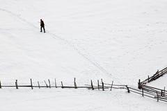 De winter met de mens die zijn weg probeert te vinden royalty-vrije stock afbeelding