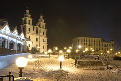 De winter Minsk, Wit-Rusland Sneeuwnachtcityscape in Kerstmistijd Foto van Kathedraal van de Afdaling van de Heilige Geest stock foto