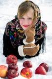 De winter Mooi meisje met rode appelen op sneeuw Stock Foto's