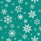 De winter naadloos patroon met vlakke witte sneeuwvlokken op aquamarijn blauwe achtergrond vector illustratie