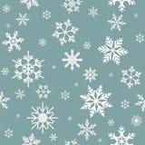 De winter naadloos patroon met vlakke witte sneeuwvlokken op poeder blauwe achtergrond vector illustratie