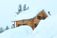 De winter nevelige berg en houten huis royalty-vrije stock foto's