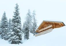 De winter nevelige berg en houten huis royalty-vrije stock fotografie