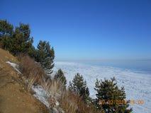De winter op Baikal Ijs De schilderachtige kust van het zoetwatermeer Baikal royalty-vrije stock afbeelding