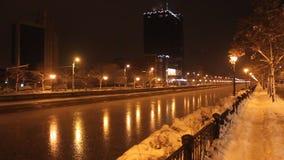 De winter op Dambovita-rivier in de nacht stock videobeelden