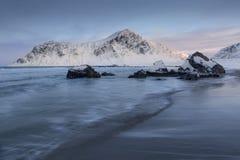 De winter op het Strand van 'Skagsanden ', Lofoten, Noorwegen royalty-vrije stock foto