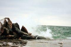 De winter Overzeese rotsen en golven royalty-vrije stock foto