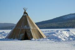De winter polair landschap met eskimotent stock afbeelding