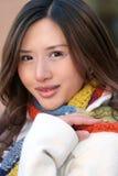 De winter: Portret van Aziatisch Meisje in Witte Laag Stock Foto's
