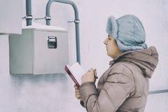 De winter, sneeuw, koude het meisje, de ingenieur, de arbeider registreert de lezingen van de sensoren en de drukmaten Zij worden stock afbeelding