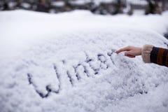De winter in sneeuw op auto wordt geschreven die Royalty-vrije Stock Afbeeldingen
