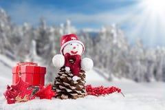De winter sneeuwlandschap met de sneeuwmens Stock Fotografie