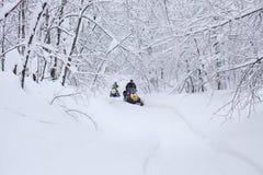 De winter sneeuwlanscape met weg Stock Afbeeldingen