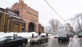 De winter in de stad, sneeuw behandelde bomen Gouden poort in Kyiv, de Oekraïne royalty-vrije stock foto's