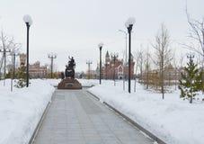 De winter stedelijk landschap met sneeuw van gebouwen en Orthodoxe Kerk stock foto