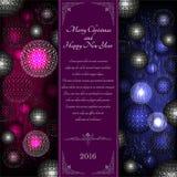 De winter trifold met Kerstmisballen op violette en blauwe en vrolijke Kerstmis Stock Fotografie