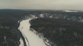 De winter van de Chusovayarivier op bewolkte dag stock footage