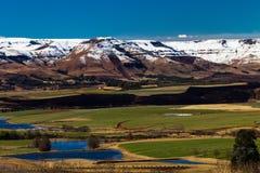De Winter van de Landbouwbedrijven van de Vallei van bergen kleurt Toneel Royalty-vrije Stock Foto