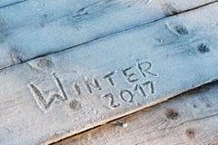 De winter van 2017 geschreven op een houten achtergrond met vorst Royalty-vrije Stock Foto