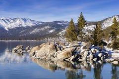 De winter van Meer Tahoe met sneeuw op rotsen en bergen wordt geschoten die Stock Fotografie