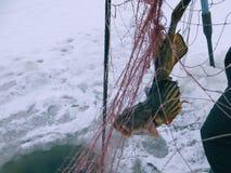 De winter van vissennetten visserij stock foto