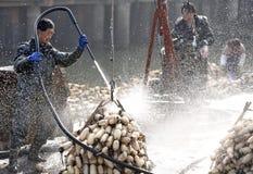 In de winter verdienen de arbeiders hun hard geld in de vijver Stock Foto