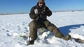 De winter vissende mensen op het ijsmeer stock video
