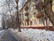 De winter vuile oude baksteen van Moskou bystreet stock foto