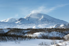 De winter vulkanisch landschap van het Schiereiland van Kamchatka stock fotografie