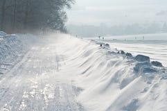 De winter, weg, sneeuwbank Stock Afbeelding