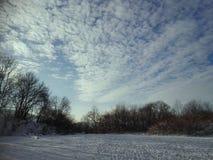 De winteraard met bewolkt en sneeuwweer royalty-vrije stock afbeeldingen
