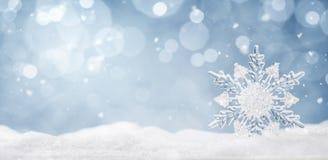 De winterachtergrond, kristalsneeuwvlok in de sneeuw stock foto