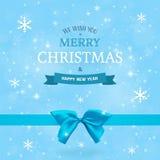 De winterachtergrond met blauw boog en lint Kerstmis en Nieuwjaar Typografisch uitstekend kenteken op de vage achtergrond Stock Afbeeldingen
