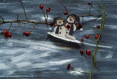De de winterachtergrond met sneeuwman en hond nam op een blauwe en witte achtergrond, natuurlijke lichte, hoogste mening toe Royalty-vrije Stock Afbeeldingen