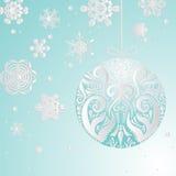 De winterachtergrond met sneeuwvlokken en Kerstmisbal Royalty-vrije Stock Afbeelding