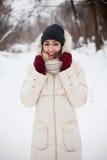 De winterachtergrond van het schoonheidsmeisje Stock Afbeeldingen
