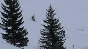 De winteractiviteiten op de bergen stock videobeelden