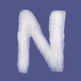 De winteralfabet, symbolen van watten worden gemaakt die blauwe geïsoleerde achtergrond Alle Brieven Hoge Resolutie Stock Foto