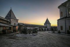 De winteravond in het klooster royalty-vrije stock afbeelding