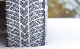 De winterbanden in sneeuw Stock Afbeelding