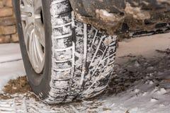 De winterbanden in de sneeuw op een auto stock afbeelding