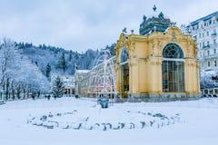 De winterbeeld van Colonnade in Marianske Lazne stock afbeeldingen