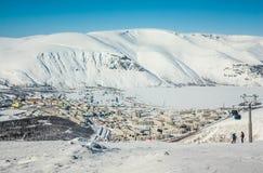 De winterbergen met bevroren meer in Rusland, Khibiny, Kola Peninsula Royalty-vrije Stock Fotografie